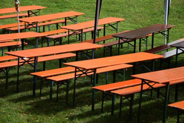 Tische und Bänke zum Sitzen bei Veranstaltungen